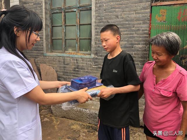 """邢台广慈""""白大褂""""六一关爱贫困儿童家庭"""